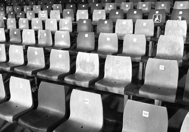Sitze auf der Gegengerade