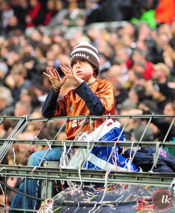 Dieses Kind hat eventuell Angst, dass Sankt Pauli verliert. Das passiert häufiger.