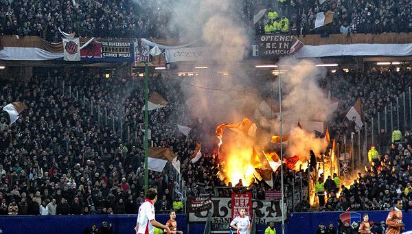 Pyro im Sankt Pauli Block beim Derby in der Vorstadt